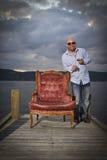L'uomo felice celebra con il cognac ed il sigaro Fotografie Stock