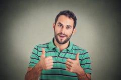 L'uomo felice che dà i pollici aumenta il segno Linguaggio del corpo positivo di espressione del viso umano Immagini Stock