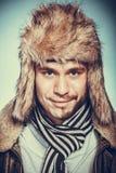 L'uomo felice con la metà ha raso la barba del fronte in cappello di pelliccia Fotografia Stock Libera da Diritti