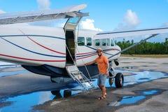 L'uomo felice entra in un aereo privato sulle isole immagini stock libere da diritti