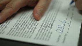L'uomo firma il contratto stock footage