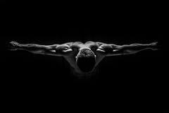 L'uomo forte ha peso in avanti ed ha disposto le sue mani Immagine Stock