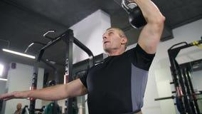 L'uomo forte solleva il suo peso con una mano 4K Mo lento archivi video