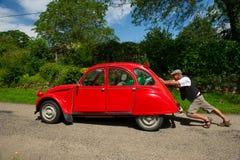 L'uomo francese con l'automobile analizza Fotografie Stock