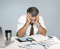 L'uomo frustrato si preoccupa per le fatture non pagate di economia Fotografie Stock Libere da Diritti