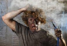 L'uomo fulminato con cavo che fuma dopo l'incidente domestico con scossa bruciata sporca del fronte ha fulminato l'espressione Immagine Stock