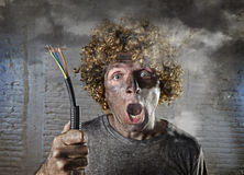 L'uomo fulminato con cavo che fuma dopo l'incidente domestico con scossa bruciata sporca del fronte ha fulminato l'espressione Fotografie Stock