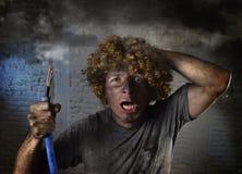 L'uomo fulminato con cavo che fuma dopo l'incidente domestico con scossa bruciata sporca del fronte ha fulminato l'espressione Fotografia Stock