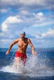 L'uomo funziona sul mare blu Fotografia Stock Libera da Diritti