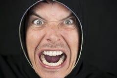 L'uomo furioso osserva alla macchina fotografica Immagine Stock
