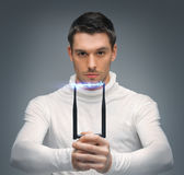L'uomo futuristico con stordisce la pistola Fotografia Stock