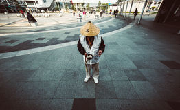 L'uomo giapponese che sta alla stazione anteriore per riceve la donazione dalla gente Fotografia Stock Libera da Diritti
