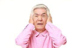 L'uomo giapponese senior soffre da rumore Fotografia Stock Libera da Diritti