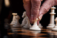 L'uomo gioca gli scacchi Fotografia Stock Libera da Diritti