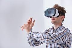 L'uomo gioca il gioco immersive immagini stock