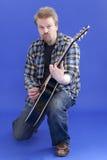 L'uomo gioca la chitarra Immagini Stock