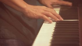 L'uomo gioca la tastiera di musica Piano del gioco del musicista video d archivio