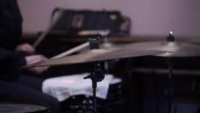 L'uomo gioca lo strumento di percussione musicale con il primo piano dei bastoni su una fase di concerto, un concetto musicale co archivi video