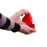 L'uomo giudica il contenitore di regalo a forma di cuore disponibile Fotografie Stock Libere da Diritti
