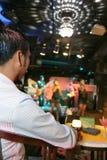 L'uomo gode della musica di vita in pub Fotografia Stock