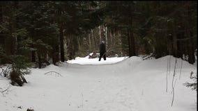 L'uomo gode dello sci di fondo stock footage
