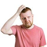 L'uomo graffia la sua testa in dubbio fotografie stock libere da diritti