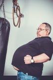 L'uomo grasso prepara la scatola in palestra Immagini Stock