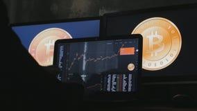 L'uomo guadagna i bitcoins sulla sua azienda agricola del bitcoin archivi video