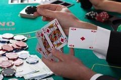 L'uomo ha asso sulla sua manica che gioca il poker Immagini Stock Libere da Diritti