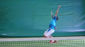 L'uomo ha colpito la palla sul campo da tennis video d archivio