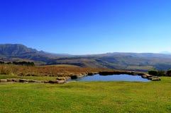 L'uomo ha fatto lo stagno in montagne di Drakensberg Immagine Stock