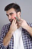L'uomo ha irritazione cutanea del fronte durante la rasatura Immagini Stock Libere da Diritti