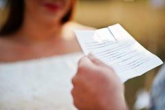 L'uomo ha letto i voti da carta per la suoi donna incinta e loro futuro Immagine Stock Libera da Diritti