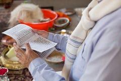 L'uomo ha letto la preghiera Nepal Fotografie Stock Libere da Diritti