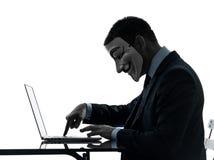 L'uomo ha mascherato la siluetta di calcolo del computer del membro anonimo del gruppo Fotografie Stock Libere da Diritti