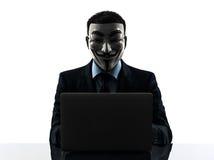 L'uomo ha mascherato la siluetta di calcolo del computer del membro anonimo del gruppo Immagini Stock Libere da Diritti