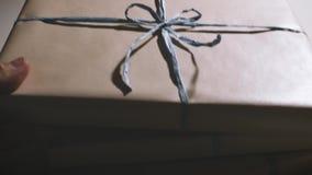 L'uomo ha messo il contenitore di regalo uno sopra un altro stock footage