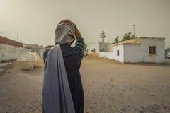 L'uomo ha messo una mano sulla sua testa davanti alla moschea Fotografia Stock