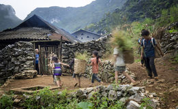 L'uomo ha selezionato un gruppo di orfani che vengono a casa Immagine Stock Libera da Diritti