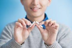 L'uomo ha smesso fumare fotografie stock libere da diritti