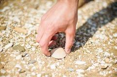 L'uomo ha trovato le coperture sulla riva di mare immagine stock
