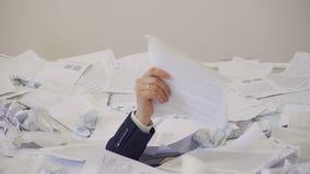 L'uomo ha trovato un documento importante nel mazzo di documenti inutili archivi video