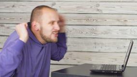 L'uomo - il tifoso, guarda una partita di calcio in Internet video d archivio