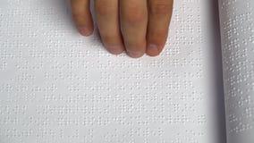 L'uomo impara leggere Braille su un foglio di carta Fine in su archivi video