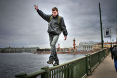 L'uomo impavido fa una passeggiata estremale sul parapetto del ponte Immagini Stock
