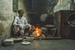 L'uomo indiano produce la focaccia Fotografia Stock