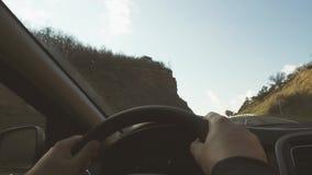 L'uomo indica la direzione della strada nell'automobile archivi video