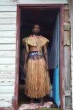 L'uomo indigeno del Fijian si è vestito in costume tradizionale del Fijian immagine stock libera da diritti