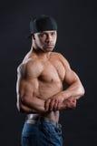 L'uomo indipendente splendido mostra il suo forte corpo potente Fotografia Stock