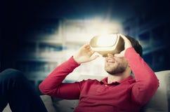 L'uomo indossa i vetri di realtà virtuale con lo smartphone dentro Fotografia Stock Libera da Diritti